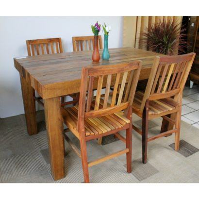 mesa de jantar de madeira retangular com quatro cadeiras