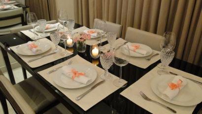 mesa de jantar simples com seis cadeiras