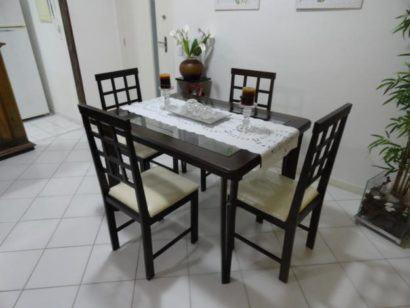 mesa de jantar simples de madeira