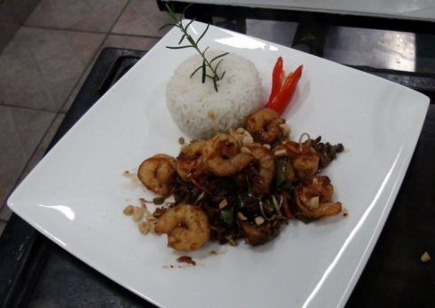 pratos para jantar 490x347 Chá de cozinha lista do que pedir para o enxoval