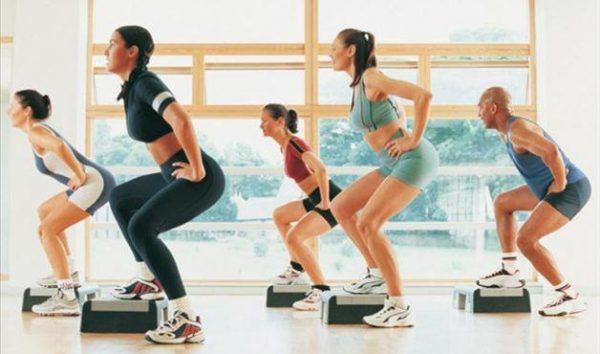 Exercícios para glúteos na academia : Bumbum empinado