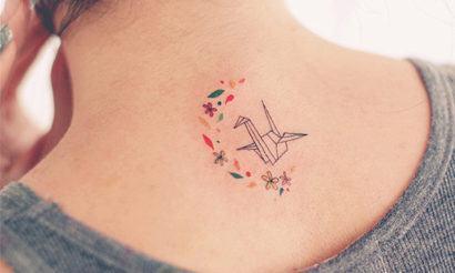 tatuagens minimalistas femininas no pescoço colorida