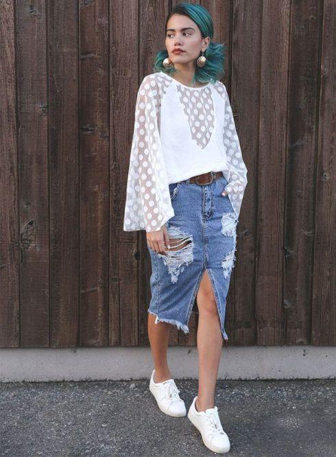 como usar saia jeans com tenis para sair 490x666 Como usar Saia jeans com tênis looks lindos modernos e descolados