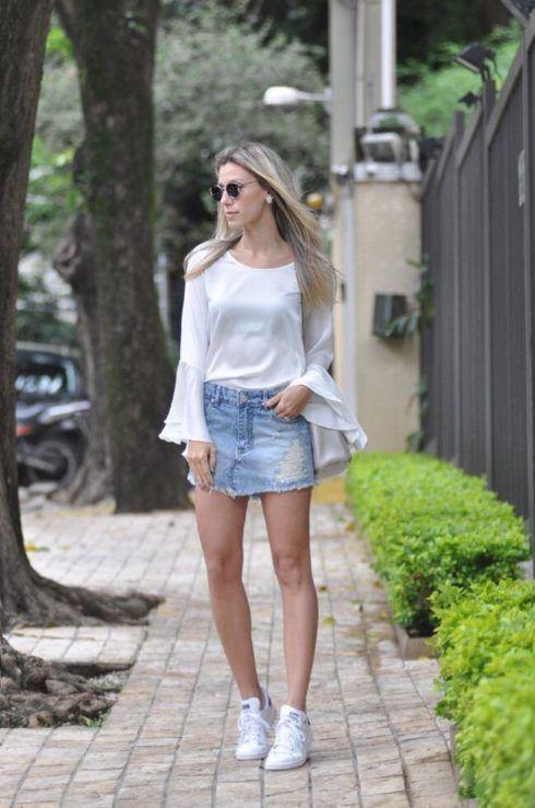 mini saia jeans e tenis 490x739 Como usar Saia jeans com tênis looks lindos modernos e descolados