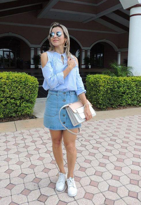 moda casual saia jeans com tenis e bolsa 490x713 Como usar Saia jeans com tênis looks lindos modernos e descolados