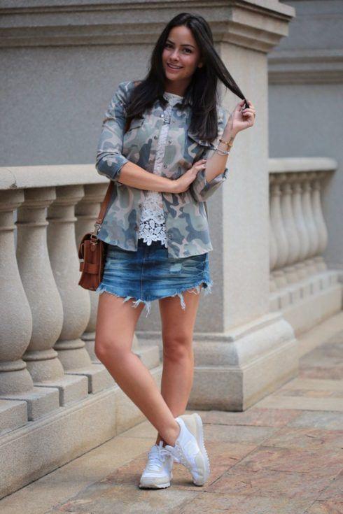 saia jeans com tenis branco 490x735 Como usar Saia jeans com tênis looks lindos modernos e descolados