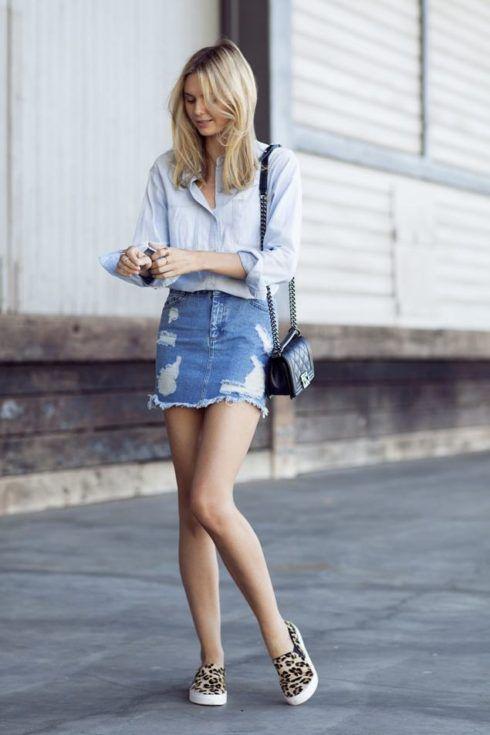 saia jeans curta e tenis estampa de oncinha 490x735 Como usar Saia jeans com tênis looks lindos modernos e descolados