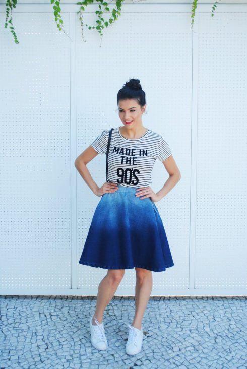 saia jeans midi degrade com tenis branco 490x732 Como usar Saia jeans com tênis looks lindos modernos e descolados