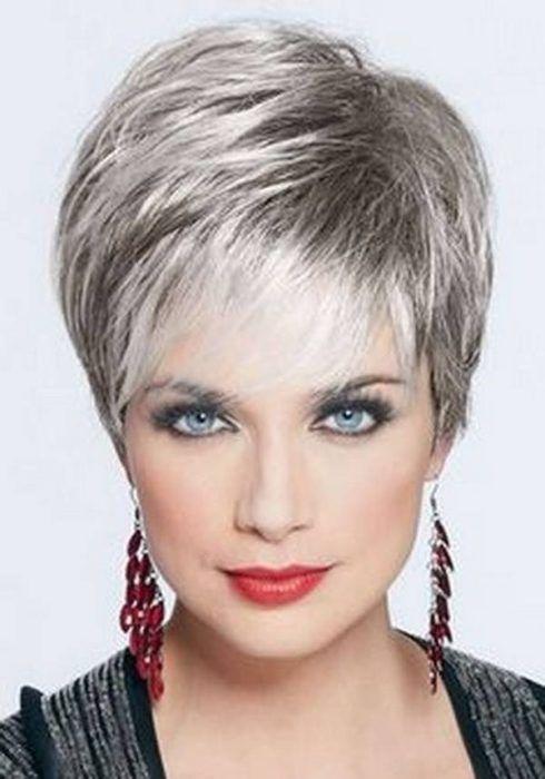 cabelos curtos para senhoras platinados 490x700 Cortes de cabelo curto para senhoras em fotos comentadas