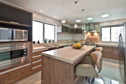 cozinha americana com ilha planejada 490x327 COZINHA COM ILHA NO MEIO : 30 ideias para ter a cozinha perfeita