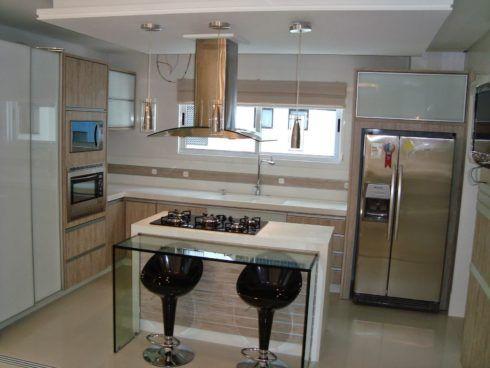 cozinha americana planejada com ilha no meio 490x368 COZINHA COM ILHA NO MEIO : 30 ideias para ter a cozinha perfeita