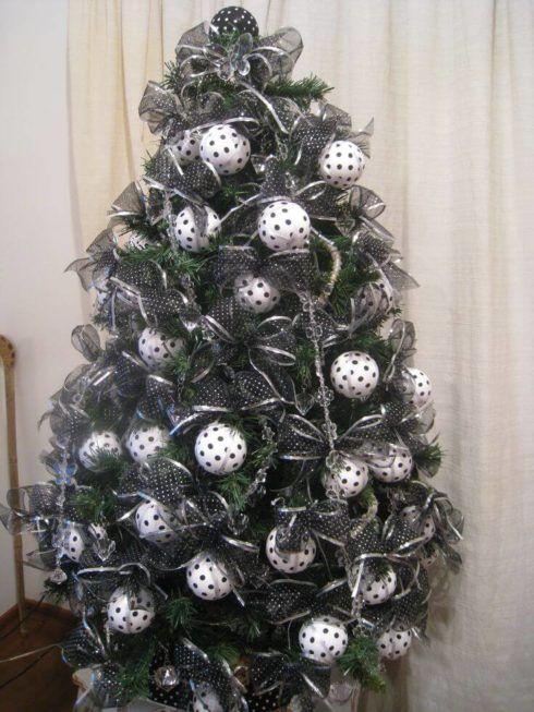 arvores de natal com bolas 1 490x653 Arvores de NATAL decoradas para o seu lar