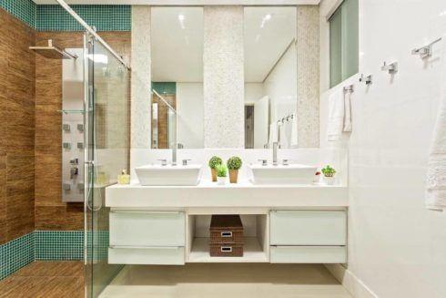 banheiro com gabinete simples 1 490x327 BANHEIRO SIMPLES acabamentos que deixam o banheiro moderno