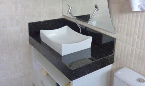 banheiro com granito verde ubatuba e cuba 490x289 GRANITO VERDE UBATUBA na cozinha, banheiro e mais