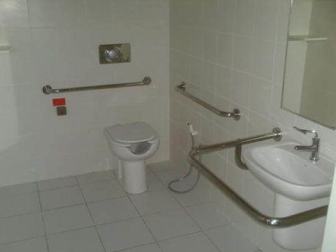 banheiro para cadeirante 2 490x368 BANHEIRO SIMPLES acabamentos que deixam o banheiro moderno
