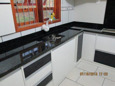 cozinha com granito verde 3 490x368 GRANITO VERDE UBATUBA na cozinha, banheiro e mais