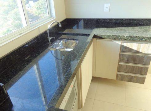 cozinha com granito verde 4 490x361 GRANITO VERDE UBATUBA na cozinha, banheiro e mais