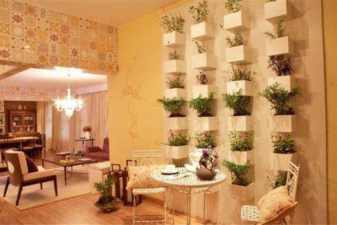 horta vertical com deck de madeira 1 490x327 Horta VERTICAL para casa ou apartamento ( tipos, como fazer )