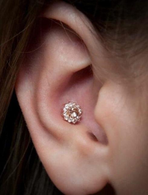 inner conch na orelha 490x644 Tipos de PIERCING NA ORELHA conheça cada detalhe