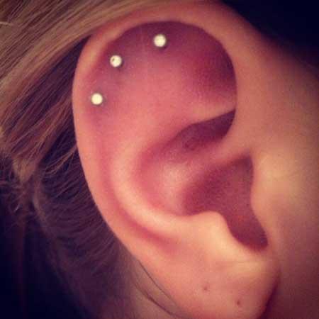 piercing com 3 furos na orelha 1 Tipos de PIERCING NA ORELHA conheça cada detalhe