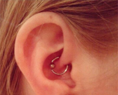 piercing na orelha daith 490x395 Tipos de PIERCING NA ORELHA conheça cada detalhe