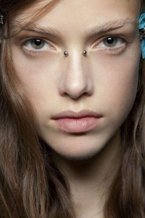 piercing no nariz bridge 1 490x734 Piercing no NARIZ veja qual escolher ( Tipos, fotos )