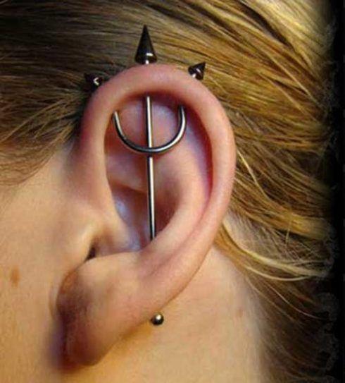 piercing transversal na orelha 3 490x543 Tipos de PIERCING NA ORELHA conheça cada detalhe
