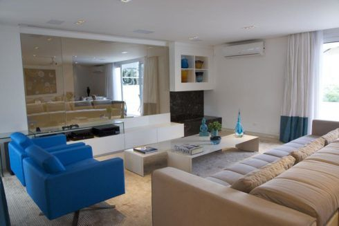 poltrona azul para sala 1 490x327 Sala Com SOFÁ AZUL veja os modelos e como decorar o ambiente