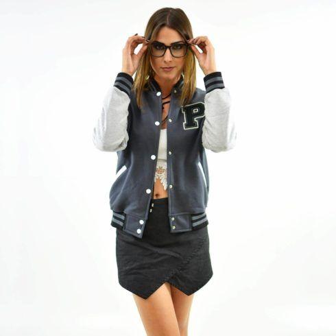 com saia nuvem jaqueta college 490x490 Como usar JAQUETA COLLEGE moda jovem (Veja com o que combina)