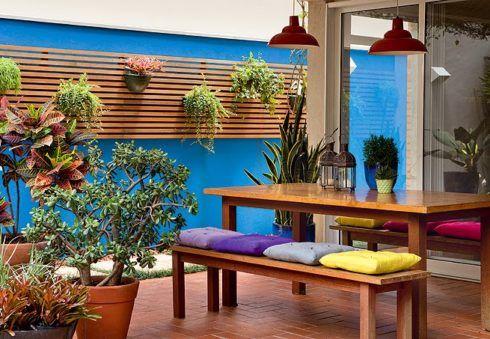 deck na parede do muro para vaso de plantas 490x339 PAREDE DE MADEIRA, revestimento bonito que dá certo