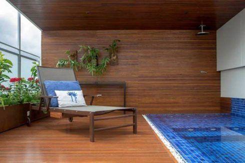 deck na parede proximo a piscina 490x326 PAREDE DE MADEIRA, revestimento bonito que dá certo