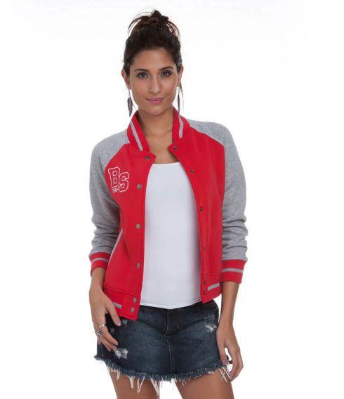 jaqueta college com saia jeans 490x568 Como usar JAQUETA COLLEGE moda jovem (Veja com o que combina)