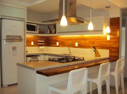 madeira na parede da cozinha 490x365 PAREDE DE MADEIRA, revestimento bonito que dá certo