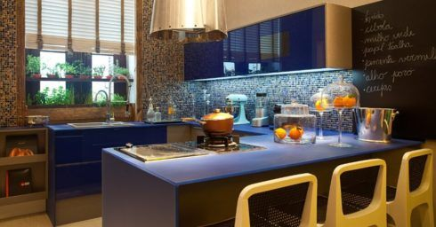 cozinha decorada com azul 1 490x256 Ambientes decorados com Azul (Sala, Cozinha, banheiro, Quarto)