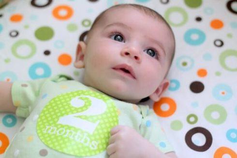 bebe com 2 meses 490x327 Bebê com 2 meses após o Nascimento, Veja o seu desenvolvimento
