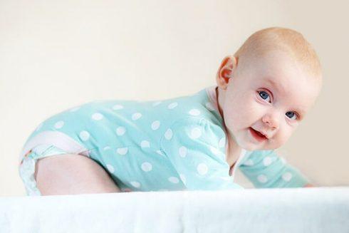 bebe com 4 meses 490x327 Desenvolvimento do Bebê com 4 meses após o Nascimento, Crescimento, peso