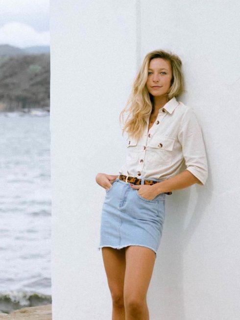 saia jeans curta cintura alta 490x653 Jeitos de usar Saia Jeans Curta Perfeita para o Verão