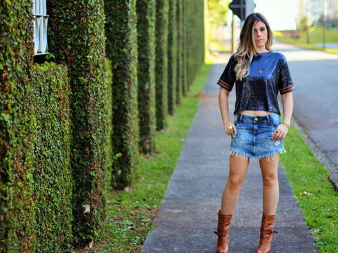 saia jeans curta com sapato de salto 2 490x366 Jeitos de usar Saia Jeans Curta Perfeita para o Verão