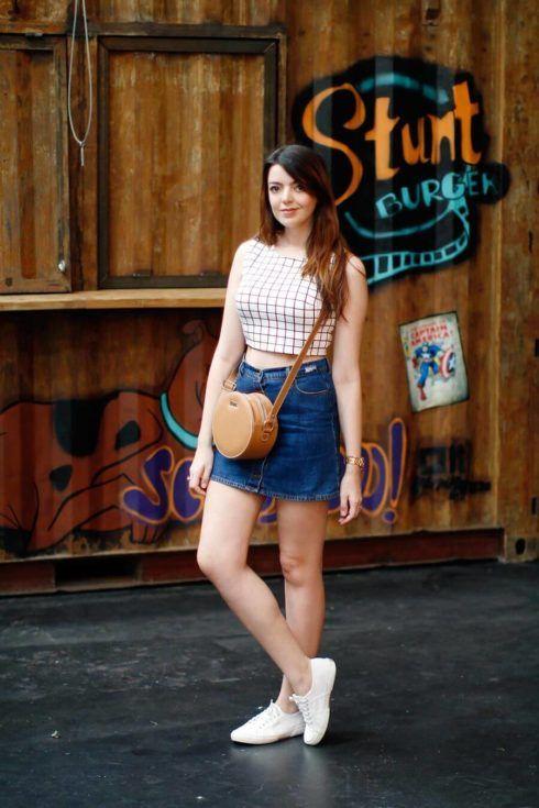saia jeans curta com tenis branco 1 490x735 Jeitos de usar Saia Jeans Curta Perfeita para o Verão