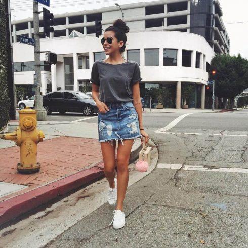 saia jeans curta com tenis branco 2 490x490 Jeitos de usar Saia Jeans Curta Perfeita para o Verão