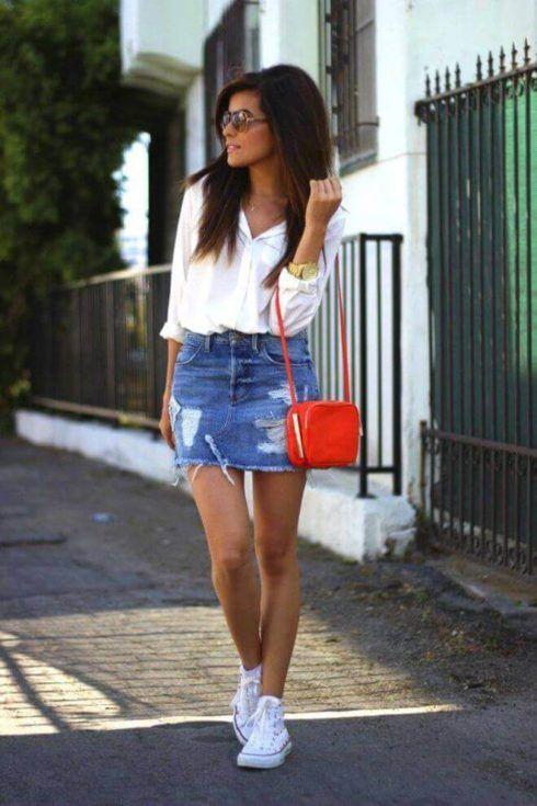 saia jeans curta com tenis branco all star 490x735 Jeitos de usar Saia Jeans Curta Perfeita para o Verão