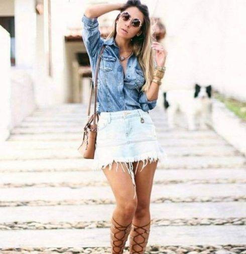 saia jeans curta desfiada 3 490x505 Jeitos de usar Saia Jeans Curta Perfeita para o Verão
