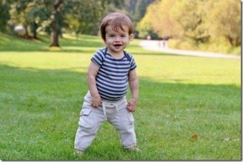beb%C3%AA com 11 meses 490x328 Desenvolvimento do bebê com 11 meses de vida, conheça