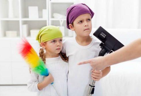 tarefas dom%C3%A9sticas para os filhos 490x334 Tarefas Domesticas para Filhos, importante e indispensável
