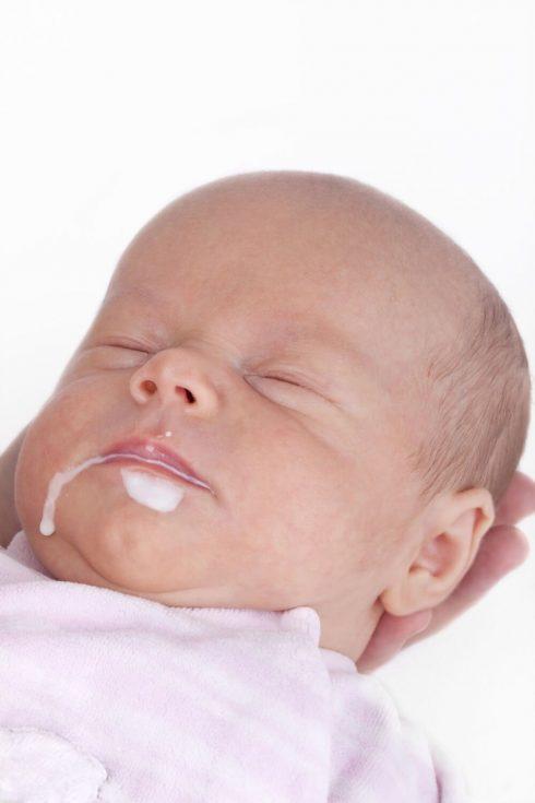 beb%C3%AA com refluxo 490x735 Remédio e Leite para Bebê com Refluxo, Tratamento