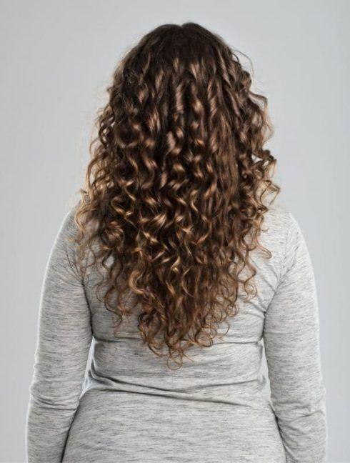 cabelo cacheado corte em v 3 490x648 Cortes de Cabelo Cacheado que Estão na moda curto ao longo