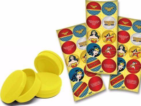 latinhas plasticas para balinhas 490x368 Festa de Aniversário Mulher Maravilha para Meninas, Conheça