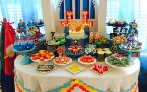 mesa de alimentos festa liga da justi%C3%A7a 490x307 Festa Infantil de Aniversário Liga da Justiça como Decorar com Esse Tema