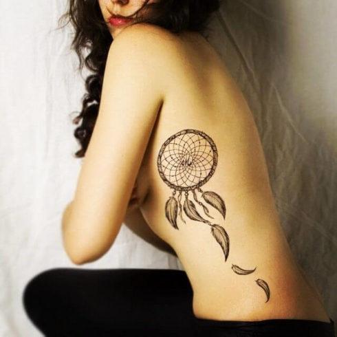 na costela 490x490 Tatuagem Filtro dos Sonhos Feminina em diversas partes do corpo