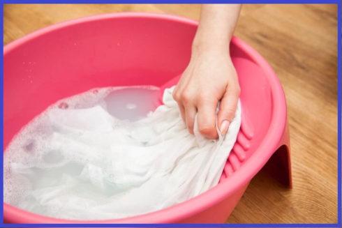deixando roupas de molho 490x327 Como lavar roupa na mão quando não tem a lavadora